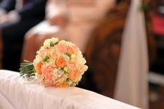 明亮的黄色花花束在教会婚礼庆祝的 免版税库存照片