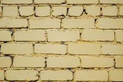 明亮的黄色被绘的砖墙的水平的零件 免版税库存照片