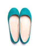 明亮的绿松石颜色平的妇女鞋子  库存图片