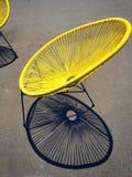 明亮的黄色减速火箭的椅子 库存照片