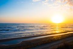 明亮的黄色太阳,日出 免版税库存图片