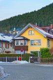 明亮的黄色房子在加米施・帕藤吉兴 库存照片