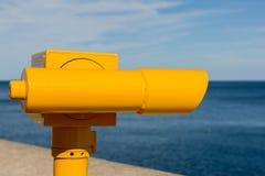 明亮的黄色望远镜 免版税库存图片