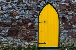 明亮的黄色被成拱形的门 免版税图库摄影