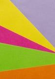 明亮的黄色,桃红色,绿色,橙色和紫色纸纹理后面 库存图片