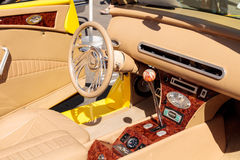 明亮的黄色1937年福特小轿车敞篷车 库存图片