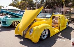 明亮的黄色1937年福特小轿车敞篷车 库存照片