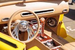 明亮的黄色1937年福特小轿车敞篷车 免版税图库摄影