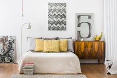 明亮的贴身的卧室内部 免版税库存照片
