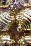 明亮的beautygul金黄圣诞节球形 免版税库存图片