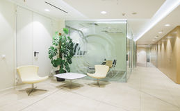 明亮的minimalistic办公室内部 图库摄影