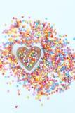 明亮色的糖果店洒星和木心脏在轻的背景,软的焦点,迷离 图库摄影