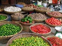 明亮&五颜六色的水果、蔬菜、辣胡椒、种子和香料待售在街道上 库存图片