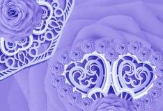 明信片为假日 在一块白蓝色被雕刻的餐巾的淡紫色玫瑰 日s华伦泰 特写镜头 免版税库存照片