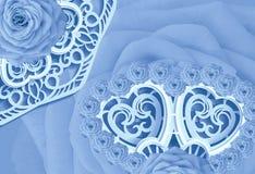 明信片为假日 在白色被雕刻的餐巾的蓝色玫瑰 日s华伦泰 特写镜头 免版税库存图片