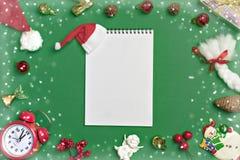 明信片新年快乐舱内甲板在绿色背景放置与纸卷和圣诞节装饰的构成 免版税库存图片