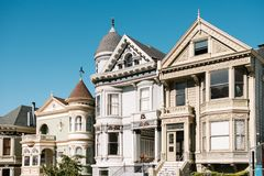 明信片行,白杨街道的经典房子在旧金山 免版税库存照片