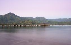 黎明和日出在Hanalei海湾和码头在考艾岛夏威夷 库存图片