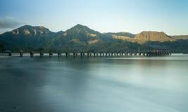 黎明和日出在Hanalei海湾和码头在考艾岛夏威夷 图库摄影