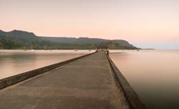 黎明和日出在Hanalei海湾和码头在考艾岛夏威夷 库存照片