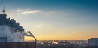 黎明在沃罗涅日市 与一个房子的都市风景前景的 库存图片