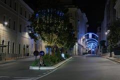 黎明在老镇 街道的圣诞节装饰 图库摄影