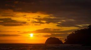 黎明在Los Suenos手段和小游艇船坞 免版税库存照片