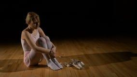 说明坚苦工作的概念在达到的疲乏的跳芭蕾舞者女孩作梦 影视素材