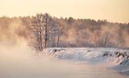 黎明堤防伊尔库次克俄国降雪冬天 在河的冬天有雾的日出 冬天早晨mi 库存图片