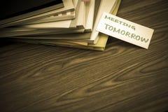明天见面;堆在书桌上的商业文件 库存照片