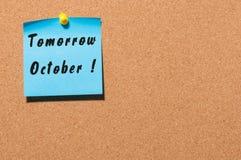 明天10月 在颜色贴纸的手拉的字法被别住对通知黄柏板背景 免版税库存照片