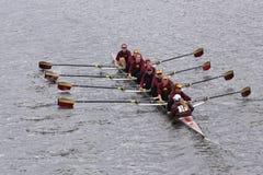 明尼苏达大学妇女的乘员组在查尔斯赛船会妇女的主要Eights头赛跑  库存图片