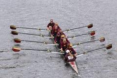 明尼苏达妇女的乘员组在查尔斯赛船会妇女的主要Eights头赛跑  免版税库存照片