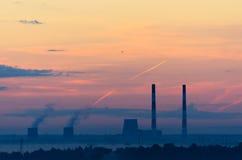 黎明日落云彩的核电站 免版税库存图片