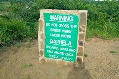 明显标志警告不到过桥,当在Umfolozi比赛储备,南非的水下,在1897年建立 库存照片