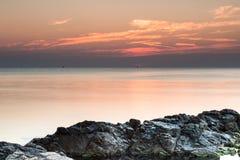 黎明有启发性岩石海运星期日 免版税图库摄影