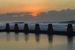 黎明海洋水池天际 免版税库存图片