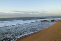 黎明海滩水池海浪 免版税库存照片