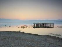 黎明的湖 库存图片