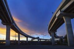 明确方式混凝土结构反对美丽的暗淡的天空的我们 免版税图库摄影