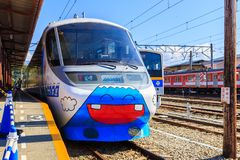 明确的Fujikyu是一列逗人喜爱的火车绘与富士山动画片停车处在Kawaguchiko驻地 库存图片
