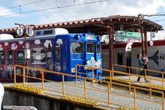 明确的Fujikyu是一列逗人喜爱的火车 库存照片