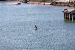 明轮船在港口 库存照片