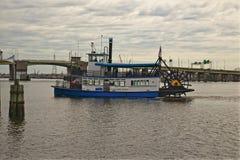 明轮从街市诺福克弗吉尼亚的河轮渡 免版税库存图片