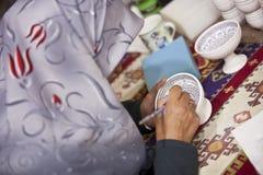 说明陶瓷罐的土耳其妇女 免版税图库摄影