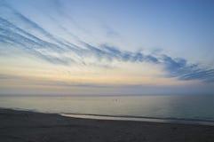 黎明,一新的天的初期在海边 库存照片