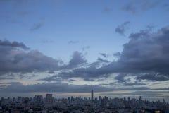 黄昏、天空和云彩的泰国曼谷大都会 免版税库存照片