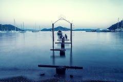 黄昏、海景&渔船的美丽的热带海在黄昏 免版税库存图片