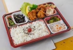 昏倒与油煎的天麸罗、辣椒和简单的ri的炸鸡午餐 库存图片