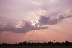 黄昏在土地上的云彩天空 免版税图库摄影